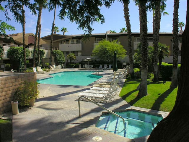 Biarritz Palm Springs - 2 blocks from Palm Canyon