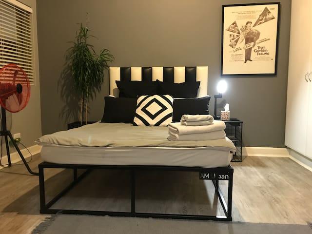 1km from Gautrain|TheTambourine|En suite Bedroom