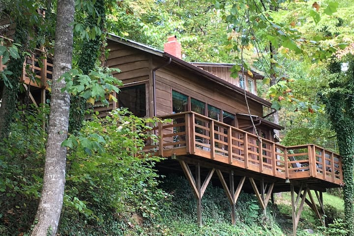 Riverfront Tree House on the Tuckaseigee