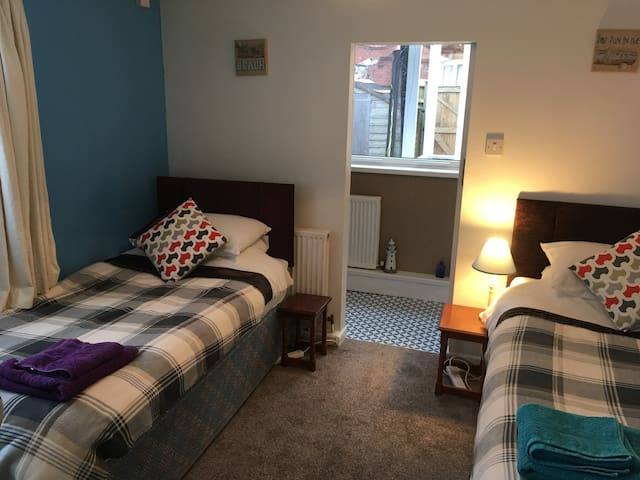 DOWNSTAIRS ENSUITE BEDROOM 1 person INC BREAKFAST