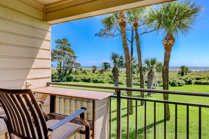 Oceanfront condo with a shared swimming pool, near Coligny Plaza!