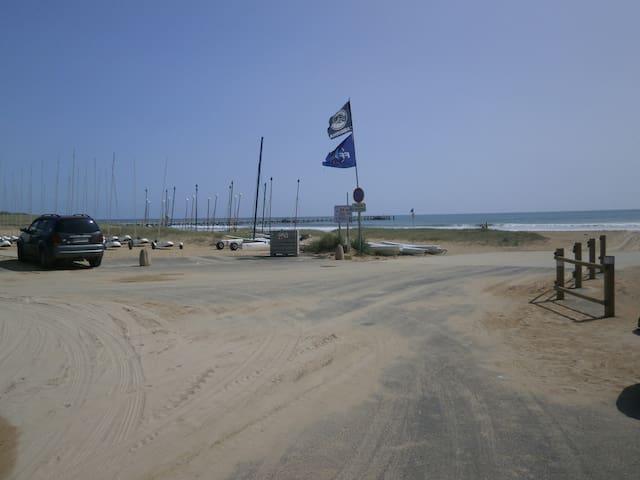 Studette les pies dans l eau