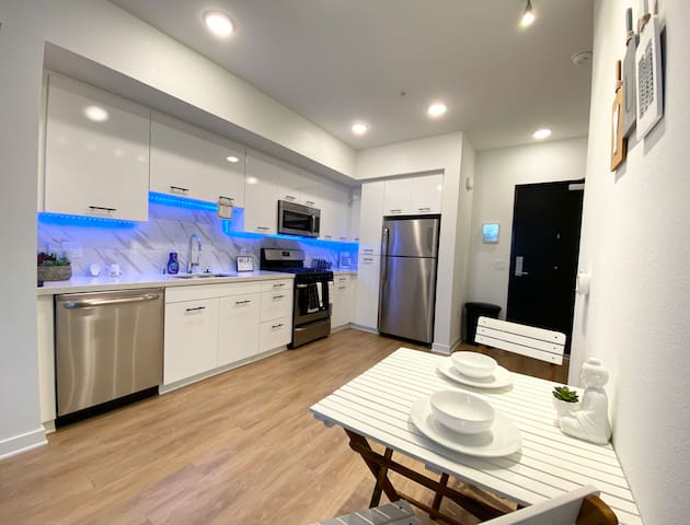 Super Cool Condo with heated Pool, Gym & Jacuzzi