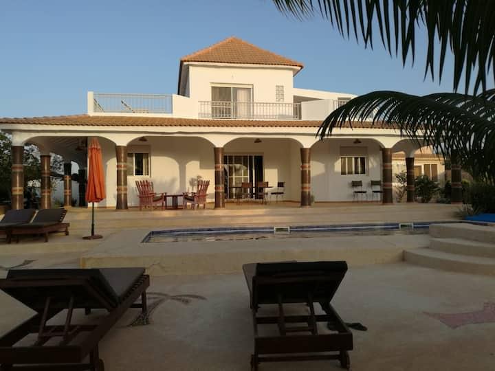 Chambre dans maison avec vue piscine