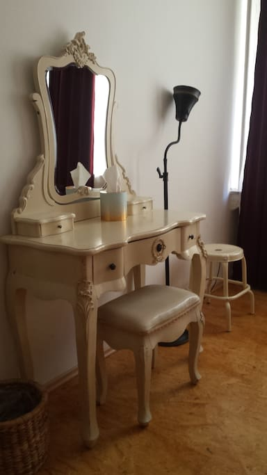 Dressing table in the bedroom with the four-poster bed