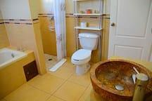 Your Private Restroom with hot tube - baño privado con baño de tina