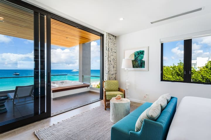 Beachfront 1 Bedroom Resort Condo with Terrace, Hot Tub & Stunning Views!