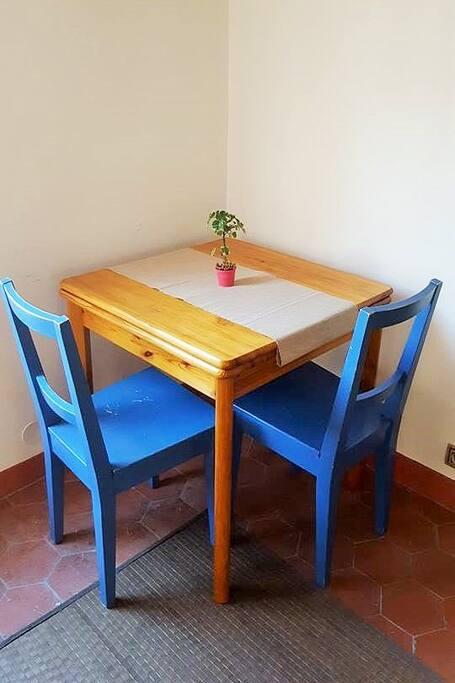 La table pour les repas, elle est dépliable si besoin.