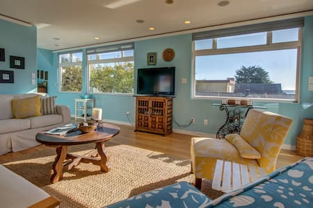 3-level surfers paradise w/ ocean view, hot tub, enclosed yard, close to beach
