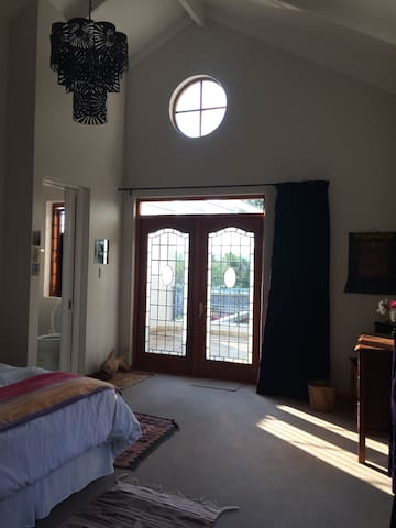 Tranquil, comfortable guest room in Craighall Park