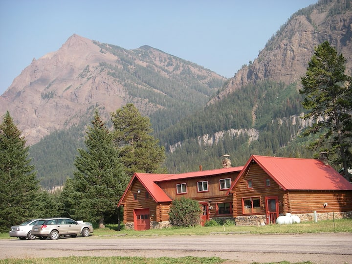 A Mountain View Log Home