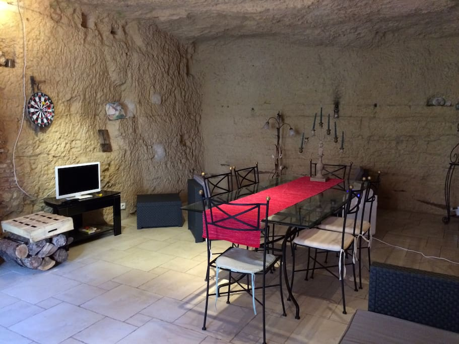 Salle principale de 40M2 avec coin cuisine, salon et salle à manger dans le troglo.