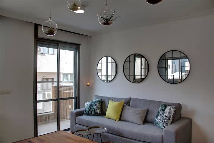 PRIME LOCATION FULL of CHIC 1 BR W/Balcony&parking