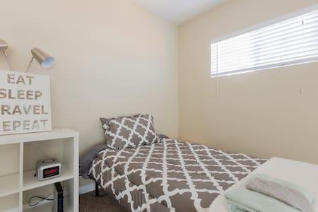 Spacious Shared Room • Twin I - Los Angeles - Ház