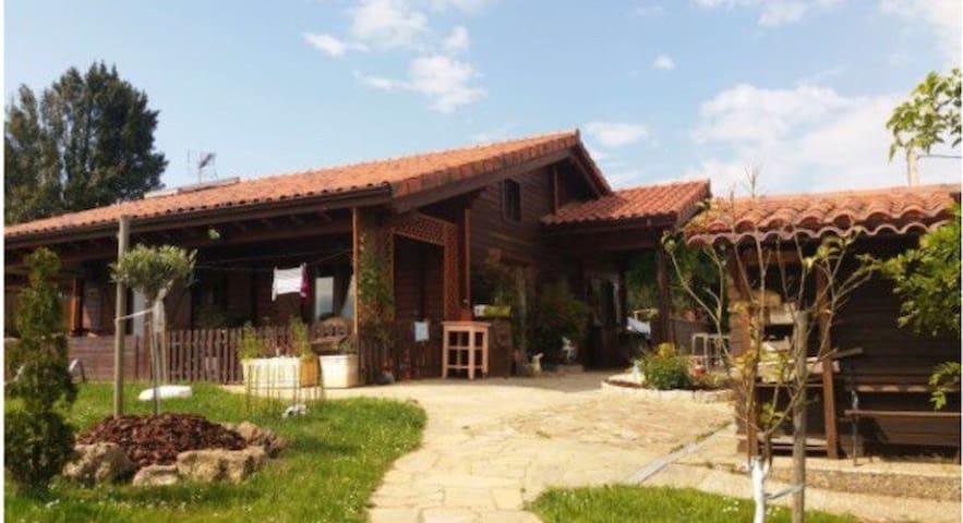 Habitación con baño privado en casa de madera