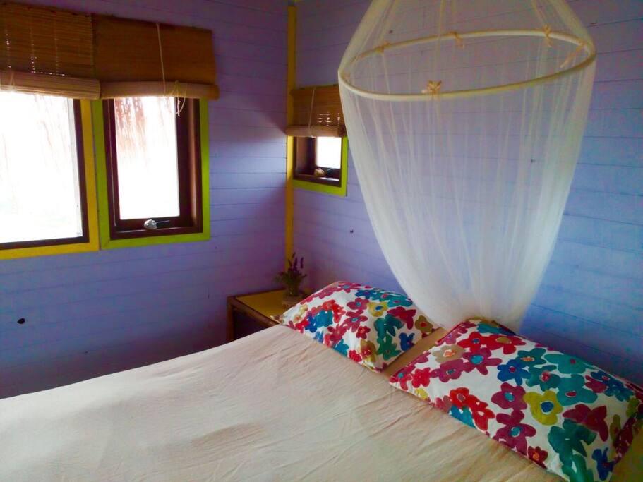 Calido dormitorio con vista al oceano!