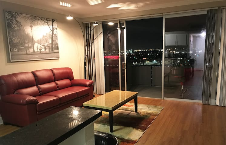 Cozy Studio w/Panoramic views of Houston Skyline!!