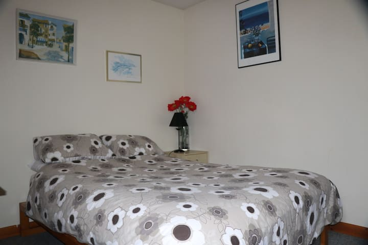 Room at Cambrian St. Heart of Town, 2 mins to sea.