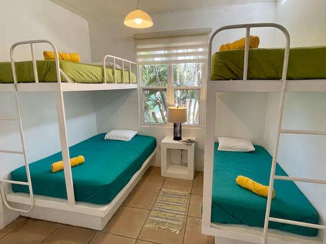 Dormitorio # 3 hasta para 5 personas (4 camas en total: 1 cama matrimonial + 3 individuales)