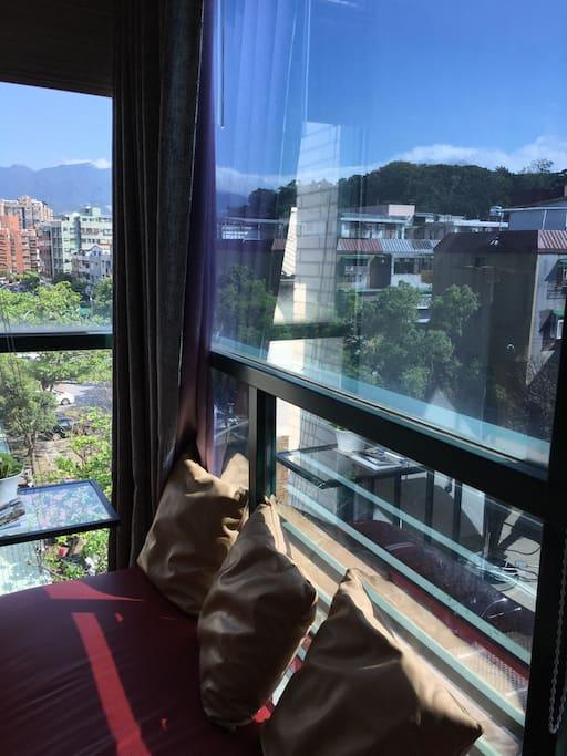 坐在窗邊遠眺陽明山