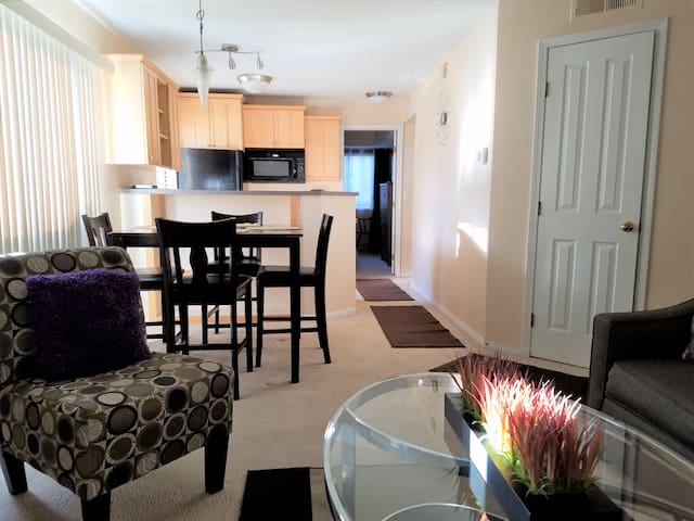 Comfortable 2br 2ba, 1st floor condo Free parking!