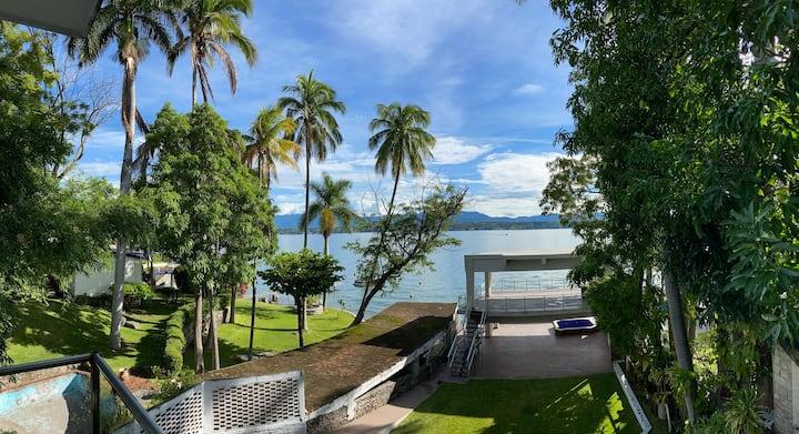 Hermosa y amplia casa a pie de lago,Tequesquitengo