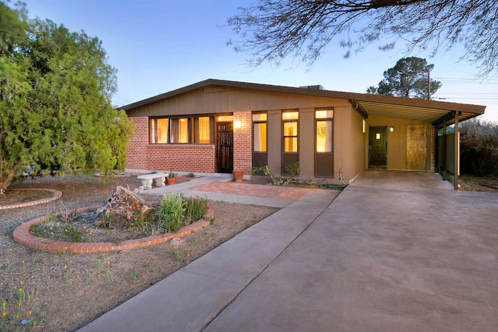 Modern Beauty in the Best Tucson Location!