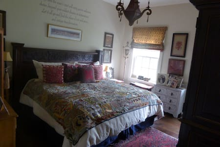 King size suite in Historic Greenfield Hill - Bed & Breakfast