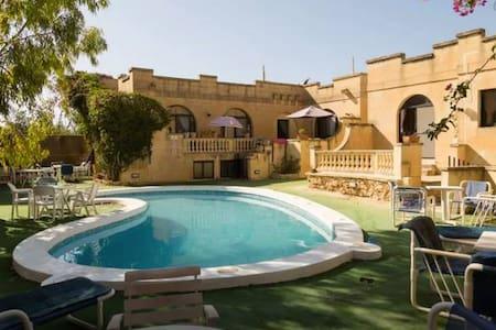 Shared single in Double room + pool - Ix-Xagħra