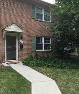 Cozy 2 BD townhouse with parking! - Blacksburg