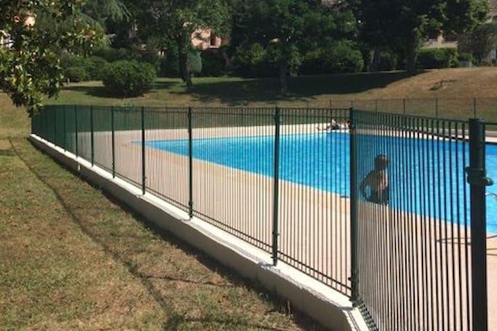 Appartement pour petite famille, piscine et tennis