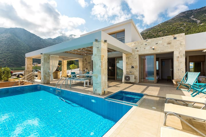 The pool is equipped with sun beds and parasols, where the whole family can enjoy the sun, the imposing views and the refreshing countryside air!