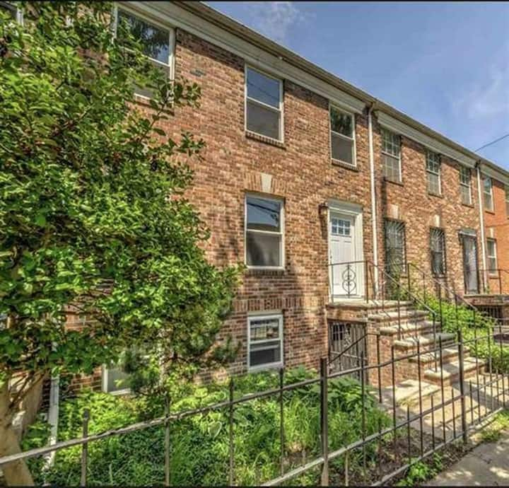 Entire apt with parking, mins to NYC/GroveSt Path