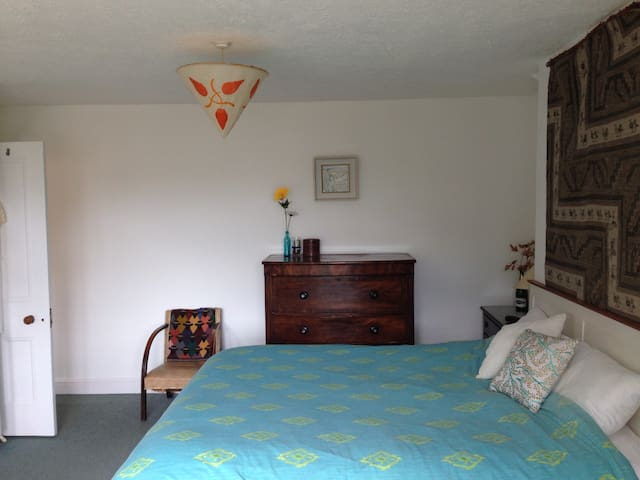 Spacious double room in family house on coast path - Swanage - Haus