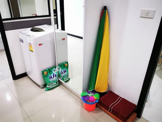 Вам не нужно покупать циновку и зонтик.  Они ждут Вас в номере вместе с пляжными полотенцами и игрушками для вашего малыша.