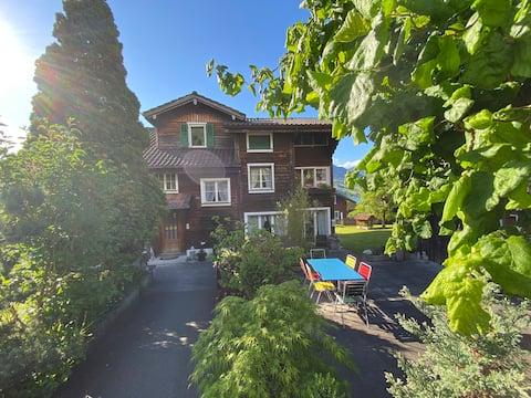 Schön renovierte Wohnung nahe See und Berge