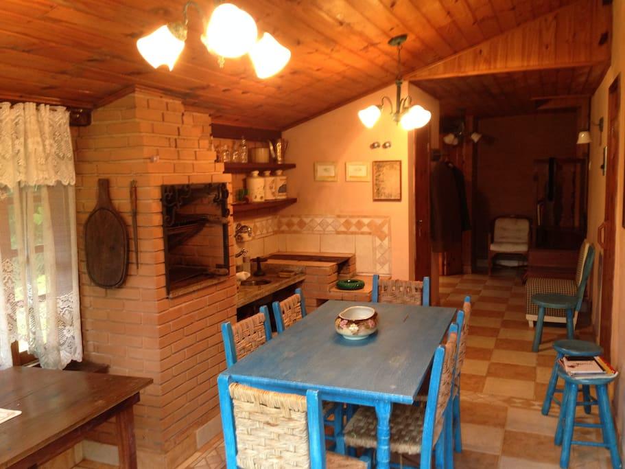Espaço gourmet churrasqueira coberta e fogão a lenha