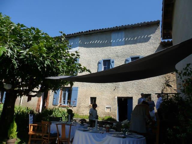 Charme d'un ancien presbytère - Montredon-Labessonnié - บ้าน