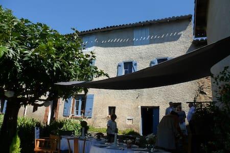 Charme d'un ancien presbytère - Montredon-Labessonnié - Huis