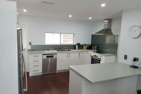 Newly Renovated Beach House - Broadwater