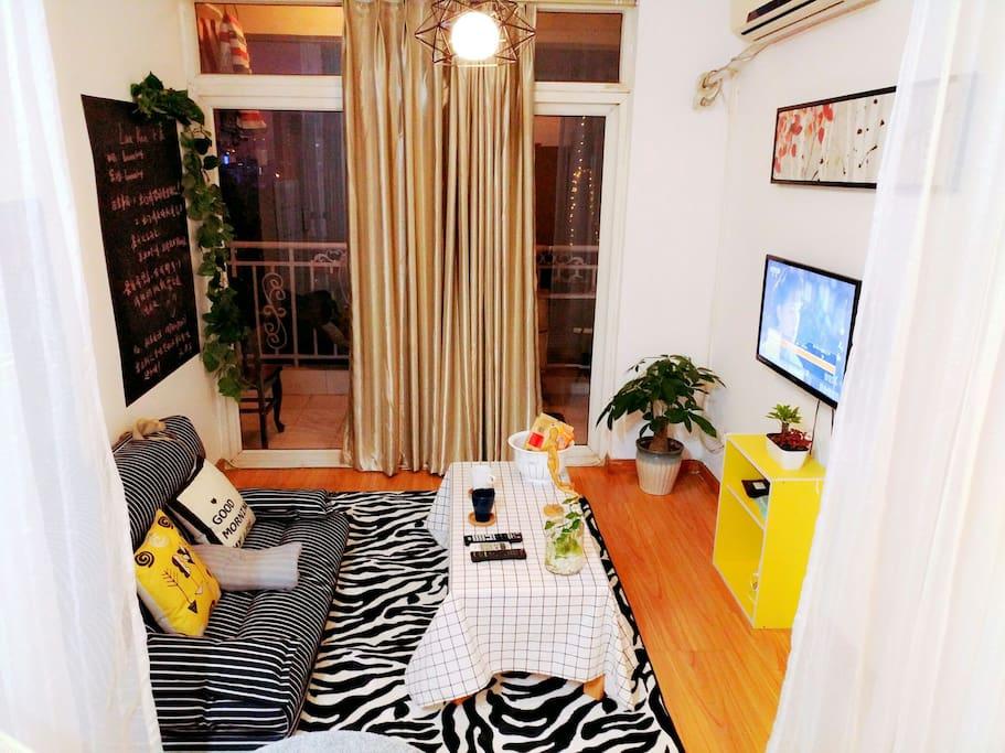 客厅,懒人沙发,可以拉开,配上柔软的地摊,让你疲劳的一天得到充分的休息。好累,躺会儿,看会电视。