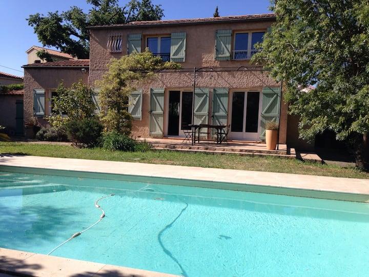 Villa piscine et criques à pied