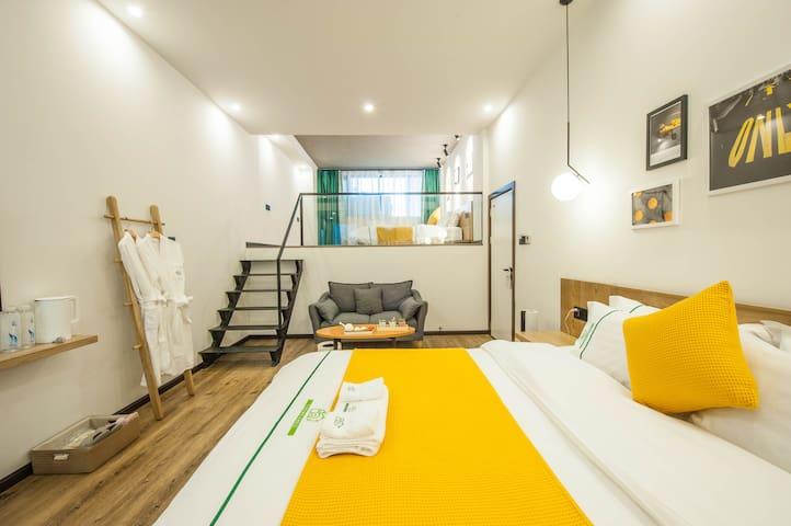 设计感十足的超大loft家庭房,两张大床满足一家四口的舒适睡眠