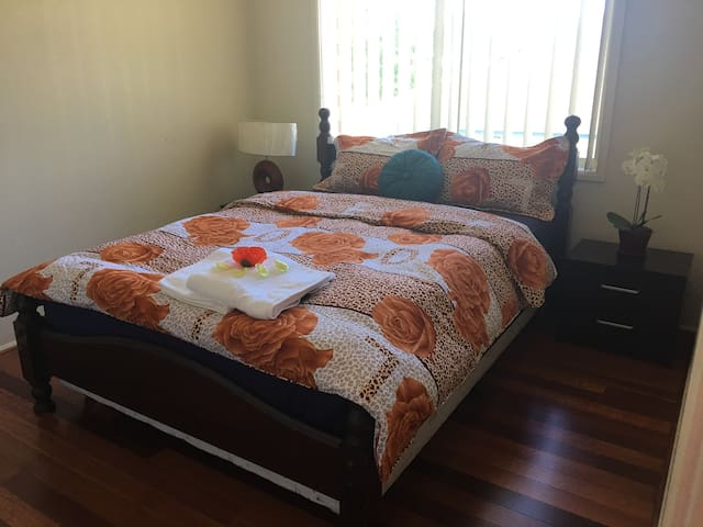 Large room queen bed 5 mins to Cabramatta - Carramar - House