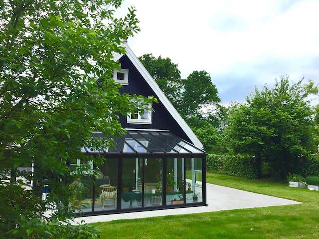 Hyggeligt familiehus i naturskønne omgivelser