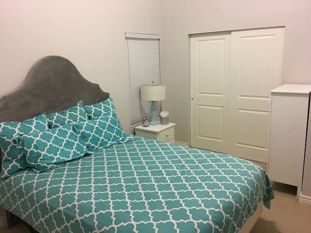 Private room & bath minutes from lake and highway - South Jordan - Dom