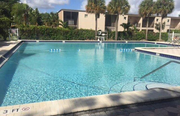 Amazing lake view, sparkling pool! - Pompano Beach - Lägenhet