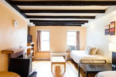 This is a nice Bedroom in a nice apartment located in the center of Manhattan, near to some of the highlight of New York. Perfect locations for your vacations.