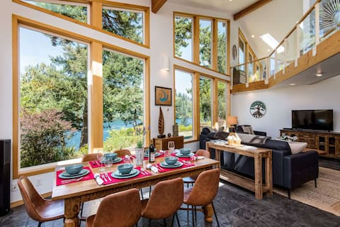 *New Listing* Breathtaking Lake Front Home W/ Private Dock, Amazing Views, Fire Pit & Pet Friendly.