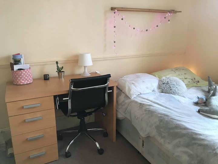 Sunny double room in Eco home nr city/uni
